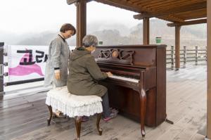 [영상뉴스] 옥천군 이원면 창찬리 고래마을 야외 공연장에 피아노 선율 퍼지다
